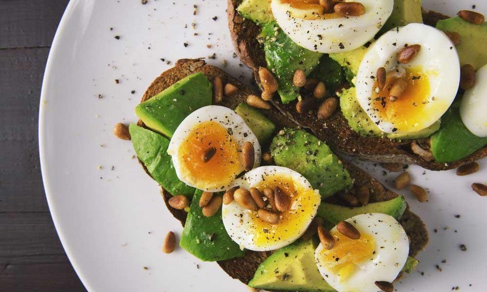 Avokádo a vajíčko - zdravé raňajky